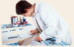 Eine Malerin beim Zeichnen